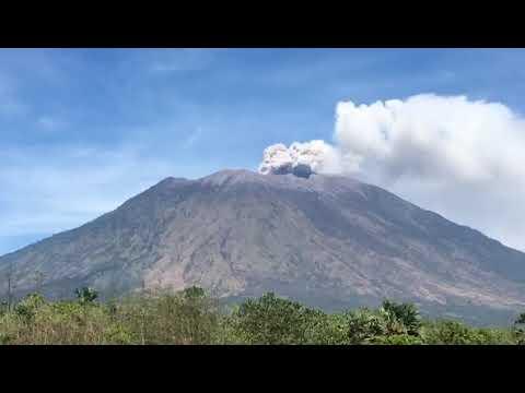 Hari ini tgl 28 06 2018 keluar lagi asap gunung agung