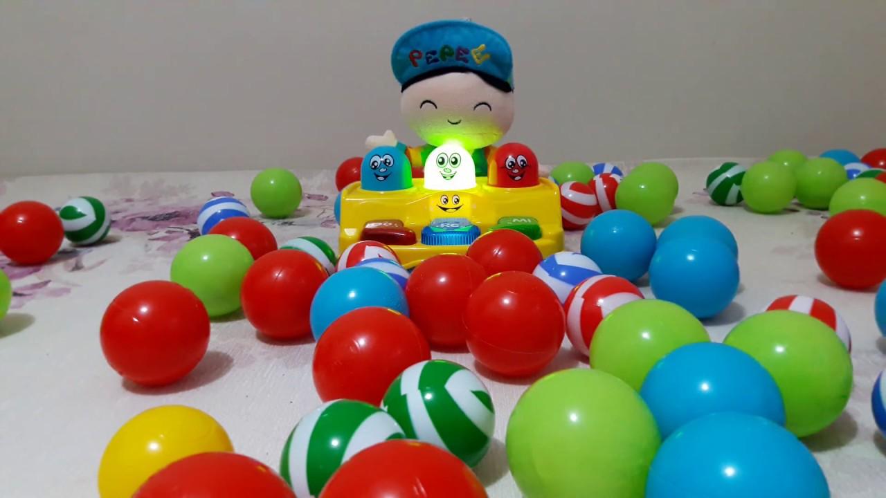 Pepee renkli toplarla oynuyor - Eğlenceli video