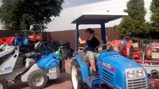 Parkowanie traktorkiem ogrodniczym ISEKI Sial 19 prawie się udało. www.akant-ogrody.pl