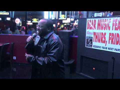 Qman sing Shake You Down @ Crenshaw Live