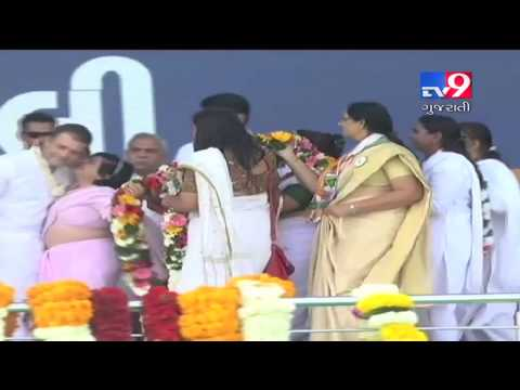 Congress woman worker kisses Rahul Gandhi during a rally in Valsad - Tv9 Mp3