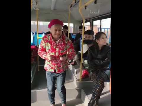 Пацан тпахнул девку в автобусе видео