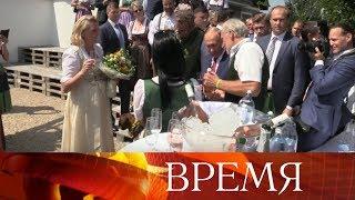 Владимир Путин привез на свадьбу министра иностранных дел Австрии казачий хор и тульский самовар.