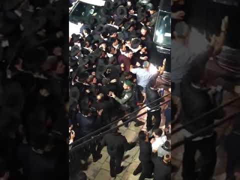 שוטרים מפנים את רחבת הכותל אמש. צילום: לירן תמרי