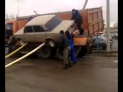 Грузчики разбили автомобиль