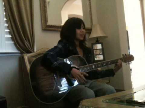 Jeilysse playing guitar singing