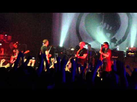 Rise Against: фанат поднимается на сцену и играет вместе с музыкантами Help Is On Our Way