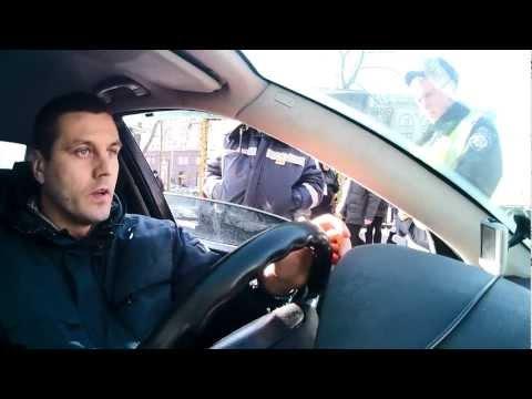 ГАИшник в центре Киева угрожает побить водителя