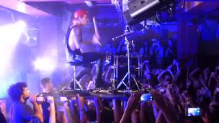 Twenty One Pilots, Semi Automatic_Josh Dun solo on the audience, Paris 12 Nov 14