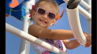 Erika juega en el parque de la playa con Daniela Golubeva   Toys and Erika