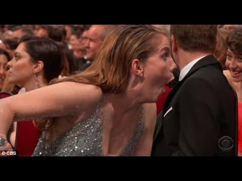 Anna Chlumsky's hilarious reaction When Sean Spicer appearance on stage 2017 Emmys Awards.