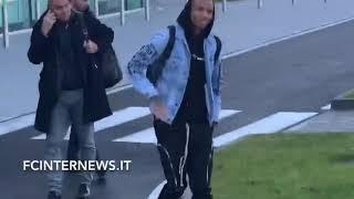 Giacca di jeans e cappuccio Ashley Young  sbarcato a Milano