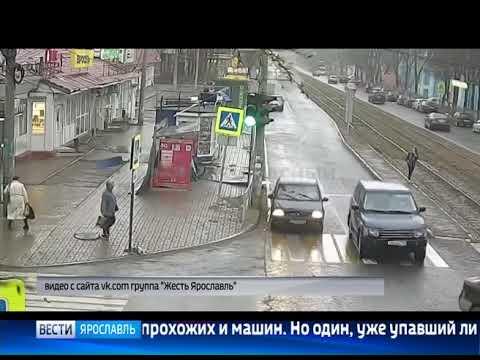 В Ярославле сильный ветер сорвал крышу с остановки