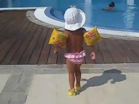 Petite fille qui marche avec des tasses de thé