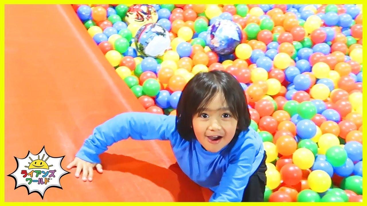 ライアンがバウンスハウスに行ったよ!ふわふわドーム、トランポリン、ボールプールで遊ぼう!