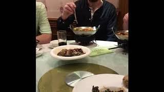 【抖音】【XD笑笑没烦恼抖音搞笑剧片】 看这些外国人是咋么吃中餐的?😂拿筷子姿势正确,但一个人一盘菜什么鬼?