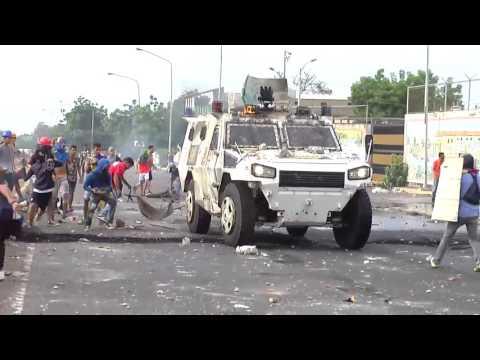 Tanqueta de la Guardia Nacional bolivariana vs Manifestantes Maracaibo