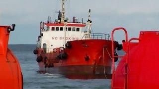 """""""Надежда"""" на мели: в Невельске собирают вытекающий из танкера мазут"""