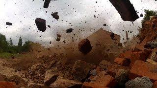 Kontrollierte Sprengung: 42-Meter-Ziegeleischornstein dem Erdboden gleichgemacht (Kurz-Reportage)