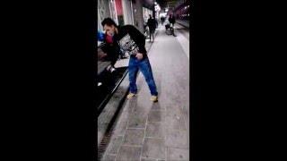 Kanake auf Koks geht am Bahnhof voll ab