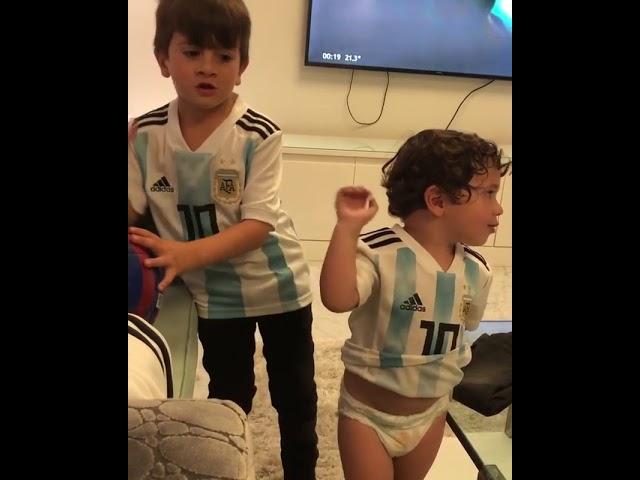 Los hijos de Leonel Messi cantando y alentando a la Seleccion Argentina