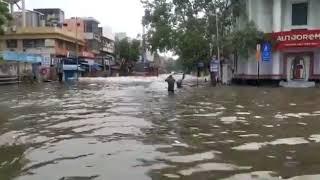 சென்னை மவுன்ட்ரோட்டில் மழைநீர் ஆறாக ஓடும் காட்சி