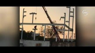Captaron a obreros colgando de una grúa y sin seguridad - CHV Noticias