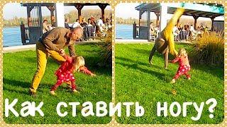 Как научиться делать КОЛЕСО? Dad trains acrobatics with baby-girl 🤸♀️ 🤸♂️