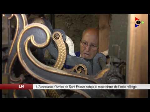 L'Associació d'Amics de l'església de Sant Esteve neteja el mecanisme de l'antic rellotge