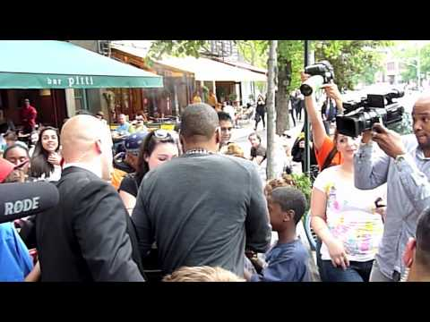 JAY Z Signs Autographs For Fans After Having Lunch @ Bar Pitti In Newyork   5/7/2010