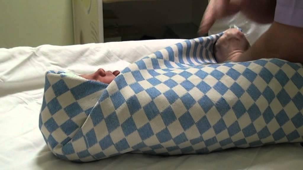 Подробная инструкция как запеленать младенца в одеяло