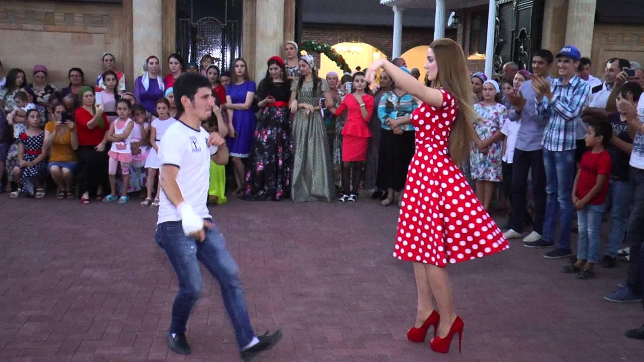 Парень на свадьбе танцует