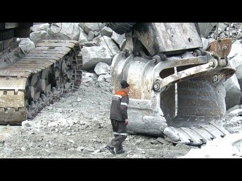 Машинист экскаватора ЭКГ-5А в ожидании самосвала
