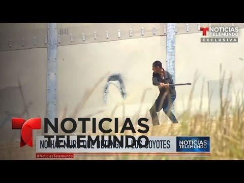 El video de un coyote que perfora el muro de la frontera en Tijuana | Noticiero | Noticias Telemundo