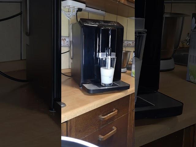 Tejhabosítás Bosch VeroCup100 kávéfőzővel.  Latte készítés. Tejhab készítés.