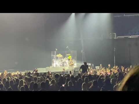 """Billie Eilish """"No Time To Die"""" Live Amway Center Orlando 3-10-2020"""