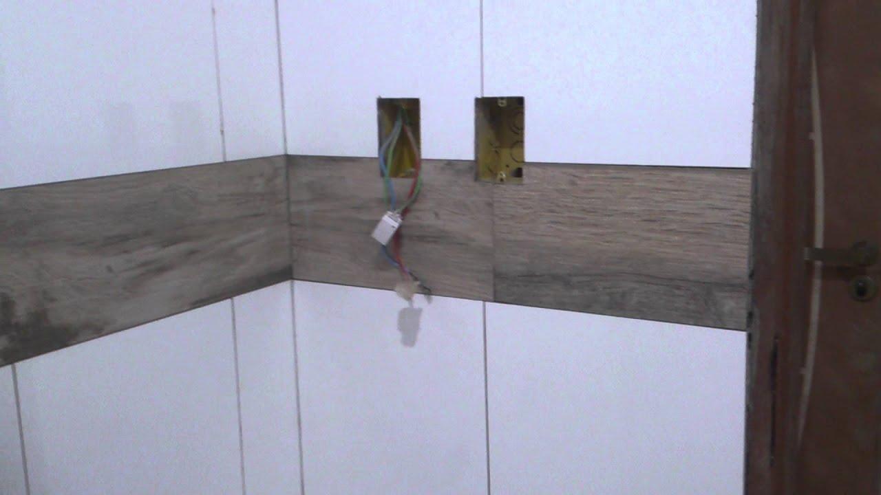 Revestindo banheiro com porcelanato retificado branco e porcelanato que imita -> Armario De Banheiro Amadeirado