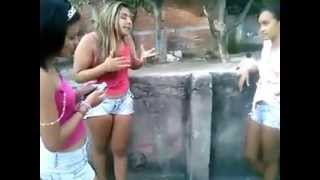 Piriguetes brigando por macho