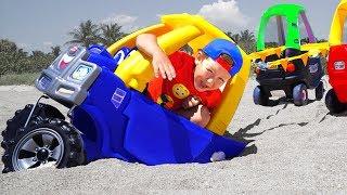 تلعب سينيا الغميضة والسيارات وتنقذها من الرمال