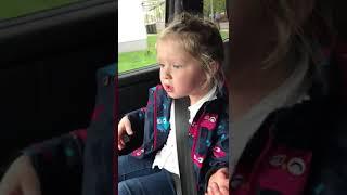 Mädchen böse auf ihren Vater