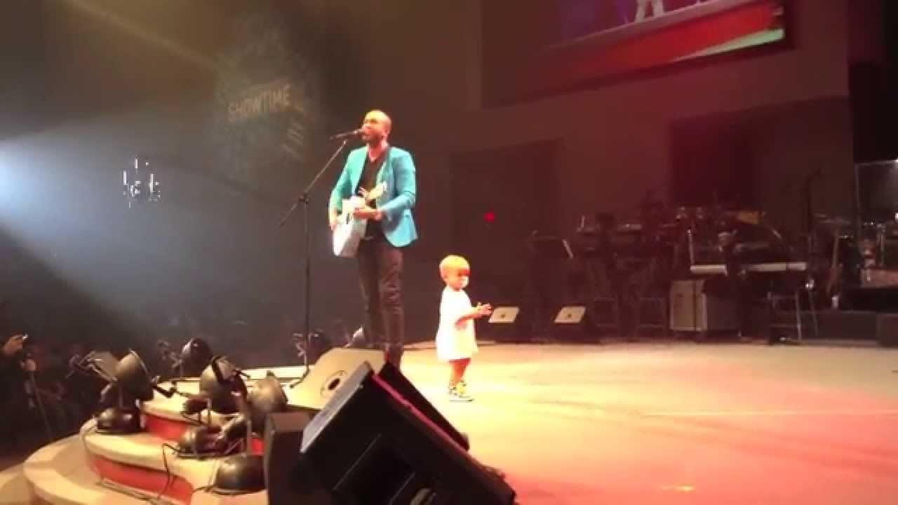 子供動画 : 【動画】 パパのコンサートに乱入して主役の座を奪う