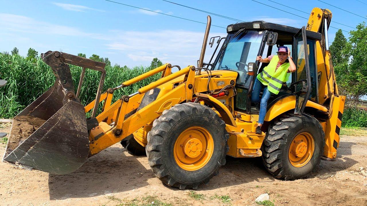 Большой трактор сломался - Дима ремонтирует - YouTube
