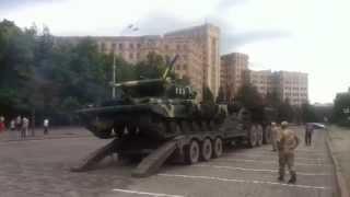украинский танк чуть не упал при погрузке на тягач