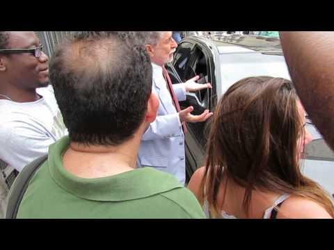 Ministro da Defesa Celso Amorim é cercado e questionado por manifestantes
