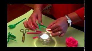 Hacer rosas con cucharas de plástico recicladas