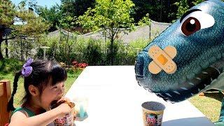 집에 공룡이 나타났어요!! 아픈 공룡과 같이 놀고 뽀로로짜장면도 먹었어요!! Pororo black noodles - 로미유 브이로그  Romiyu Vlog