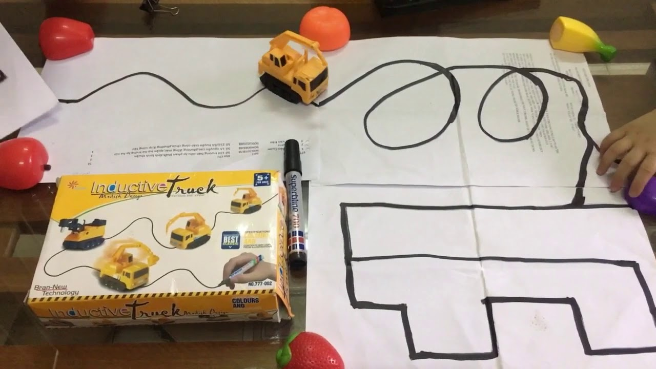 Xe đồ chơi chạy trên nét bút vẽ