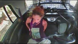 Frau befreit sich aus Handschellen, klaut Streifenwagen & jagt davon