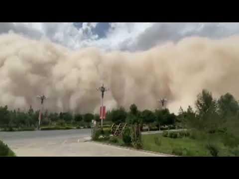 Badai pasir tebal, awan debu setinggi setidaknya 100 m bikin kacau Dunhuang China