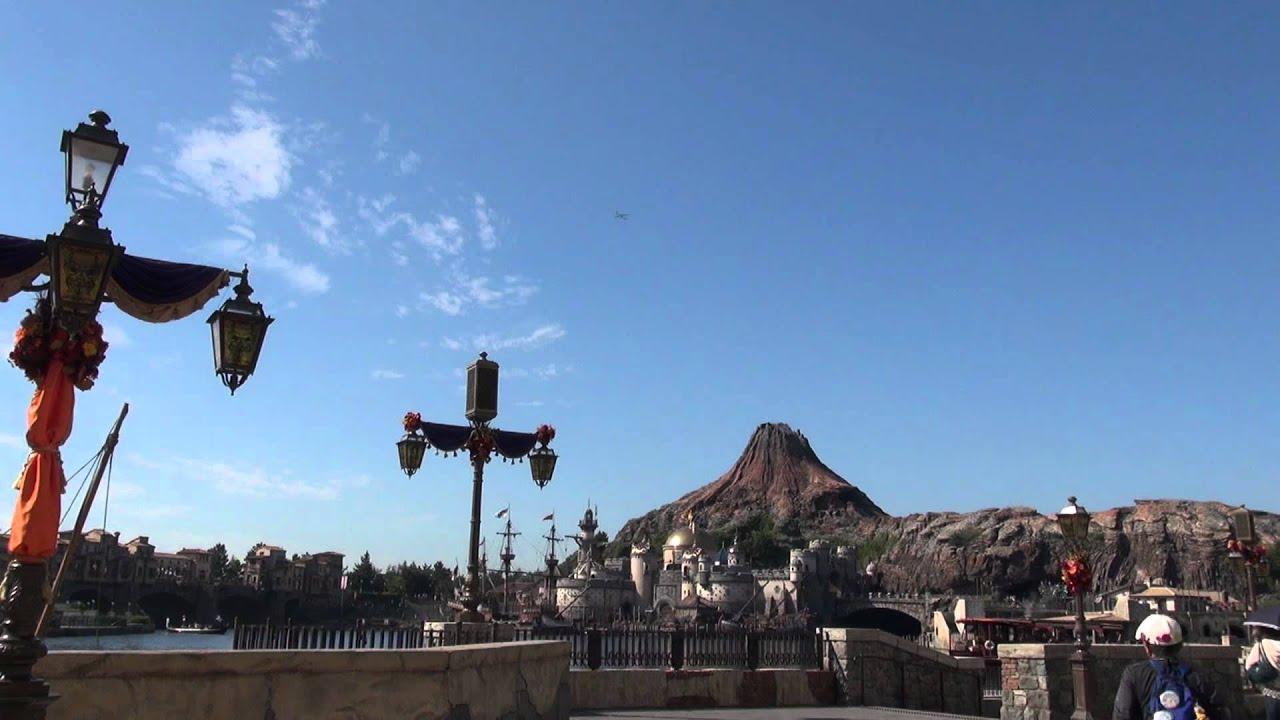 ディズニーシーの火山上空を飛ぶ飛行機(jal) - youtube